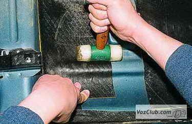 Прижимая лист шумоизоляции, нужно придать ему ту же форму, что имеет панель кузова.  Перед тем как приступить к...